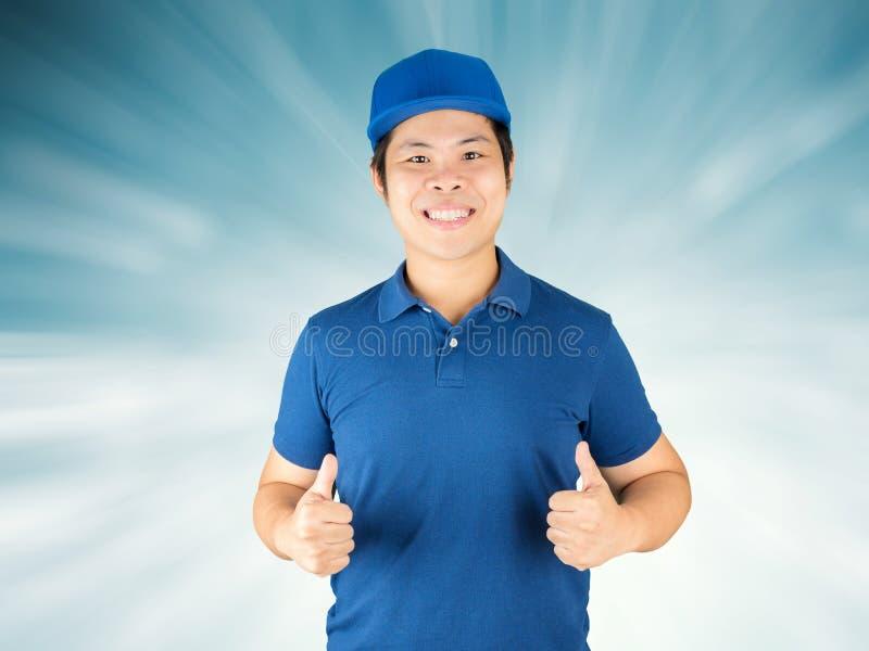Большие пальцы руки работника доставляющего покупки на дом вверх стоковое фото