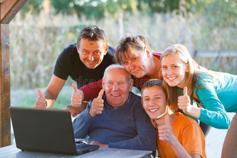 Большие пальцы руки семьи вверх стоковая фотография rf