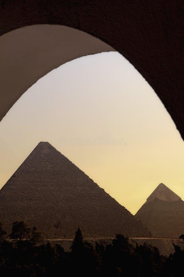 Большие пирамидки на заходе солнца стоковые фотографии rf