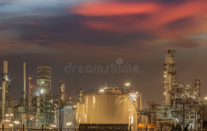 Большие промышленные масляные баки в рафинадном заводе стоковая фотография