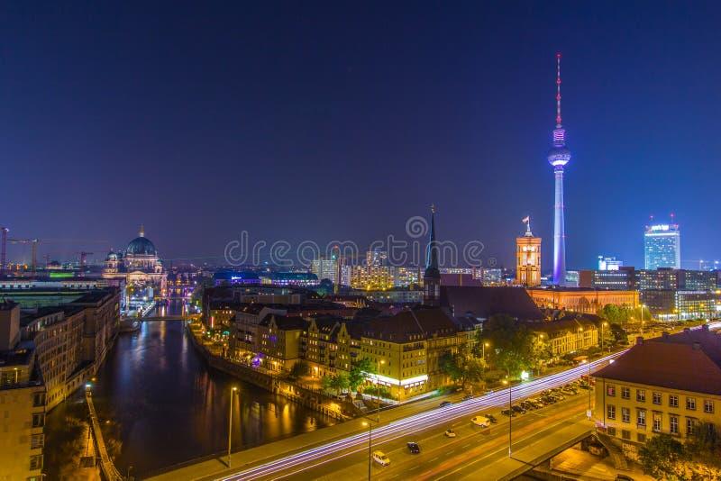 Большие света города - ночное небо над Берлином стоковые фото
