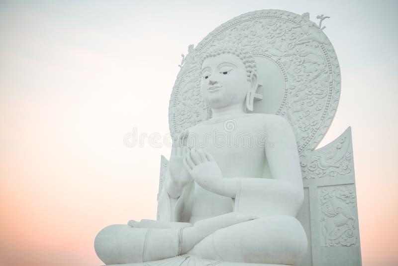 Большое белое изображение Будды в Saraburi, Таиланде стоковое фото