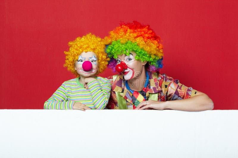 Большое и маленькое смешное фото клоунов стоковые фотографии rf