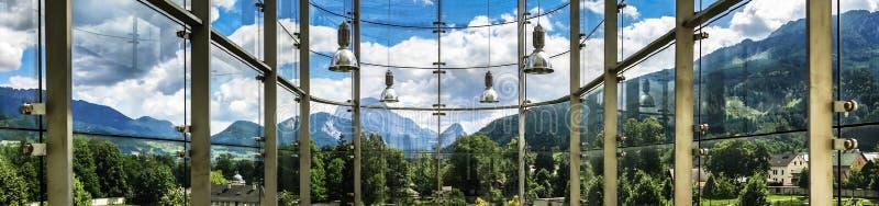 Большое место стеклянной стены публично стоковые изображения rf
