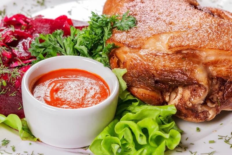Большое мясо части с соусом и овощами стоковая фотография