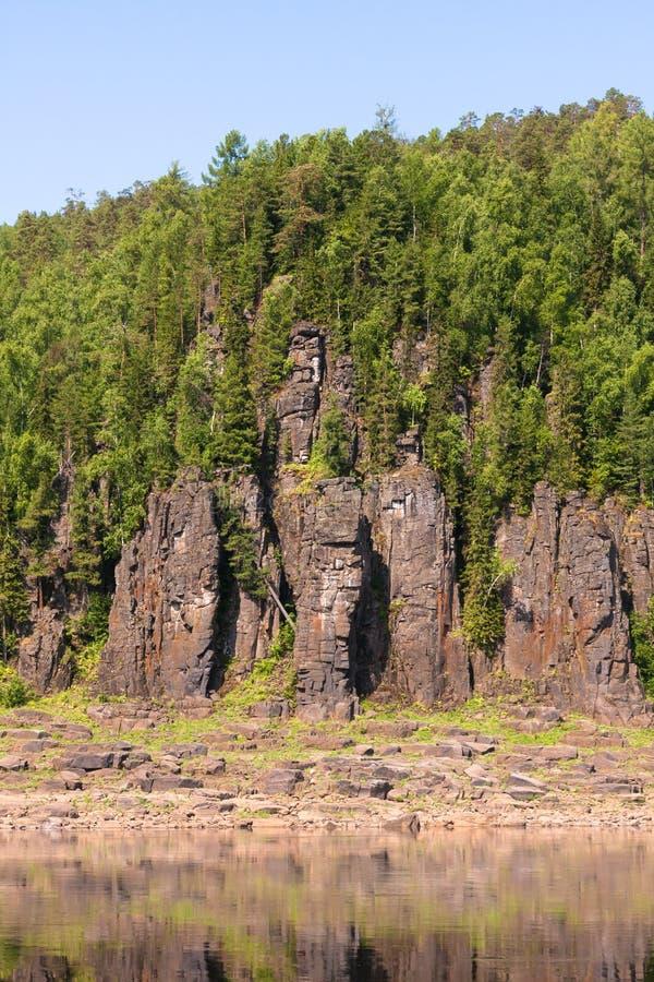 Большое река восточного Сибиря Лес и скалы стоковые фотографии rf