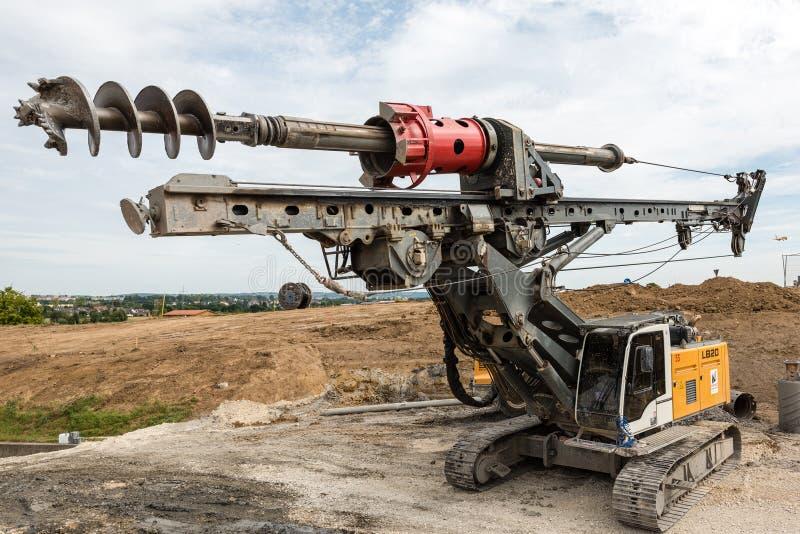 Большое роторное сверло на строительной площадке стоковая фотография rf