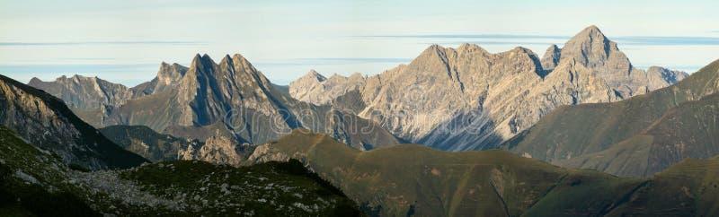 Большое четкое представление от высокой горы к много других пиков стоковые изображения rf
