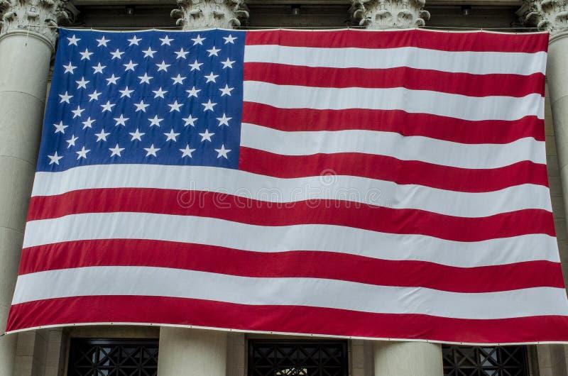 Большой американский флаг на музее изобразительных искусств стоковые фотографии rf