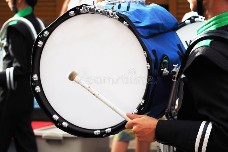 Большой барабанчик военного оркестра в параде стоковое фото rf