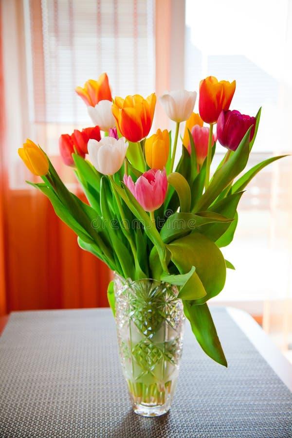 Букет тюльпанов в вазе стоковое изображение rf