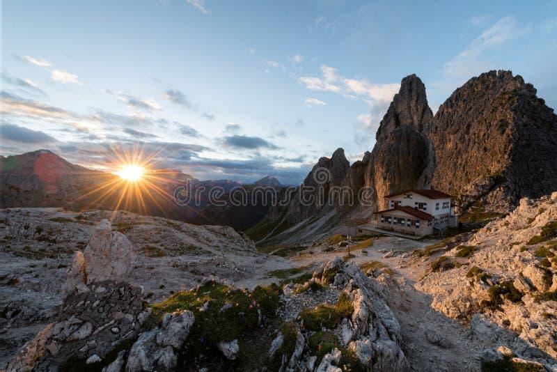 Большой взгляд верхнего ряда Cadini di Misurina в национальном парке Tre Cime di Lavaredo Доломиты, южный Тироль Положение Auronz стоковое изображение rf