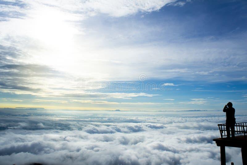Большой взгляд в тумане утра во время восхода солнца стоковые фотографии rf