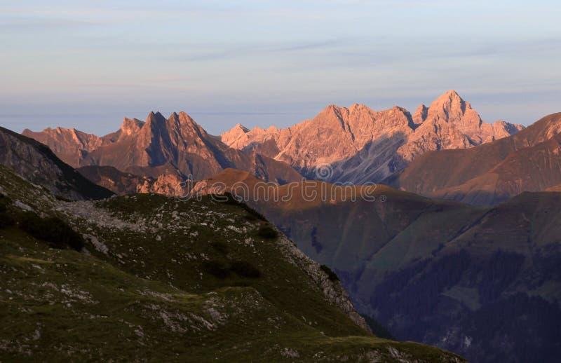 Большой взгляд от высокой горы к много других пиков Заход солнца стоковое изображение rf