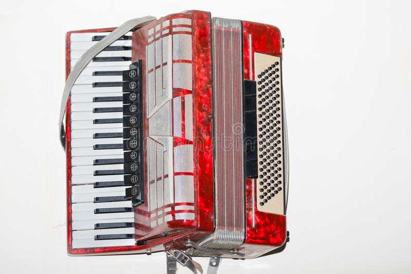 Большой взгляд старого винтажного ретро классического музыкального аккордеона изолированного на белой предпосылке стоковая фотография