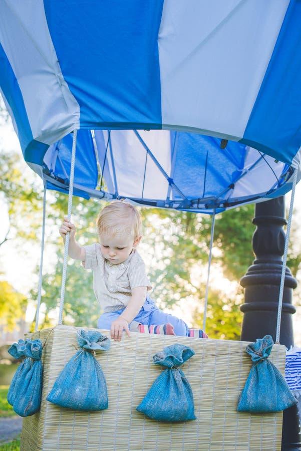 Большой воздушный шар игрушки в парке города пример Конфет-таблицы День рождения - одно годовалое с числовое изображение одно Мат стоковая фотография