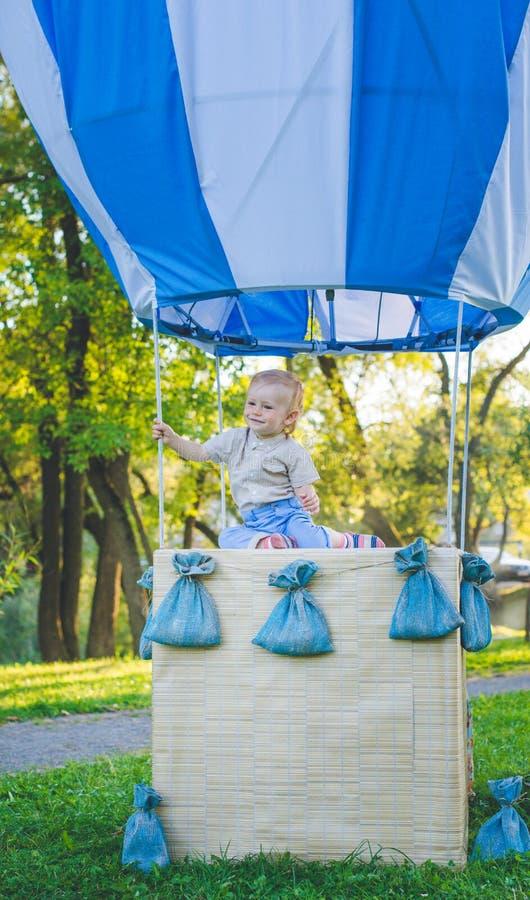 Большой воздушный шар игрушки в парке города пример Конфет-таблицы День рождения - одно годовалое с числовое изображение одно Мат стоковые изображения