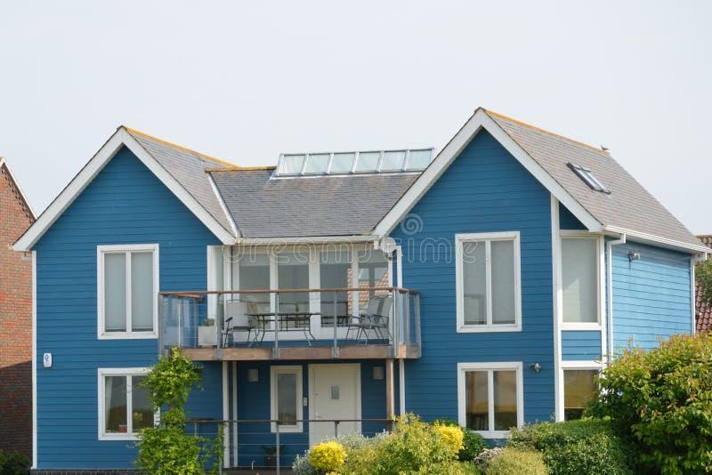 Большой голубой прибрежный дом стоковая фотография
