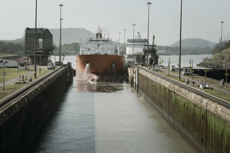 Большой грузовой корабль входя в Miraflores фиксирует на Панамском Канале стоковая фотография rf