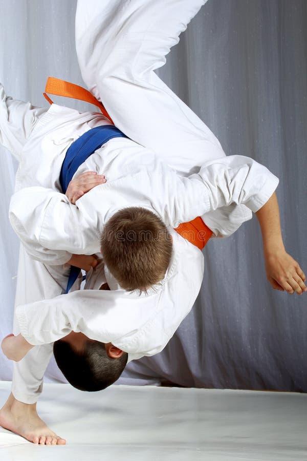 Большой дзюдо nage делает спортсмена с голубым поясом стоковые фотографии rf