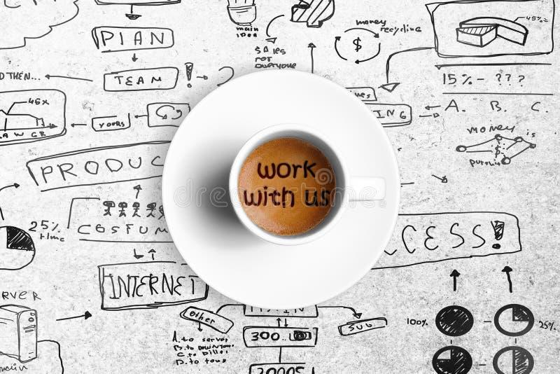 Большой итальянский кофе эспрессо в белой чашке с работой с нами, концепцией слова работы команды стоковые изображения