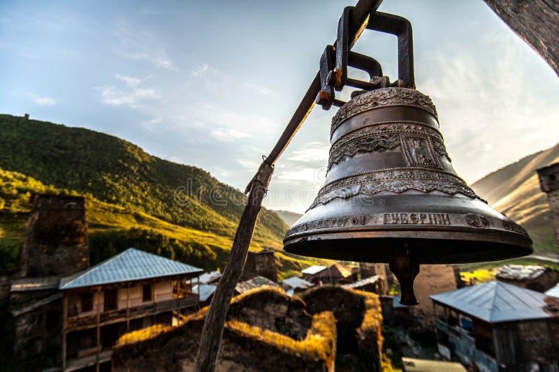 Большой колокол в Ushguli стоковые изображения