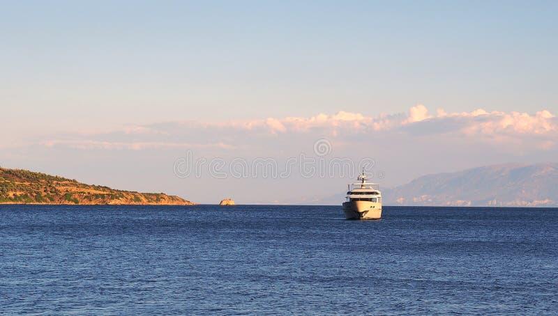 Большой крейсер мотора причаленный в заливе стоковое изображение rf