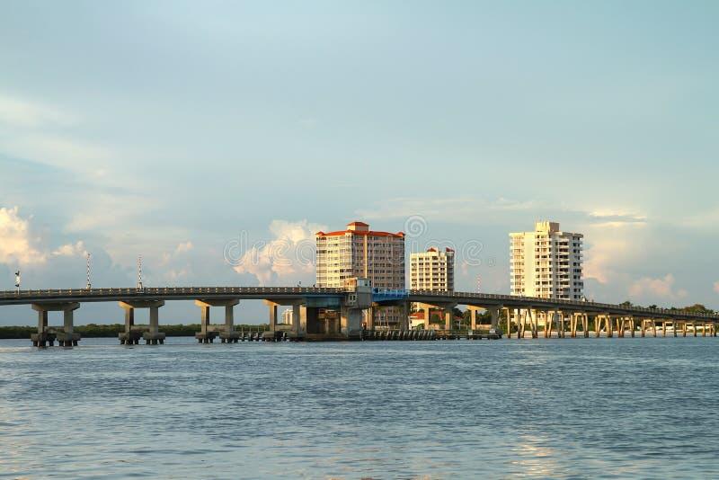 Большой мост пропуска Карлоса в пляже Fort Myers, Флориде, США стоковая фотография rf