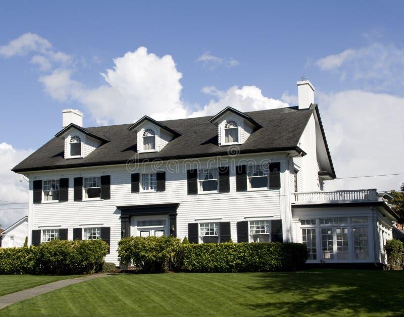 Большой дом с шикарными дизайнами стоковые изображения rf