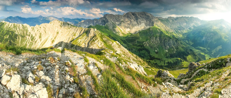 Большой панорамный взгляд к горам и долина в лете освещают стоковые изображения rf