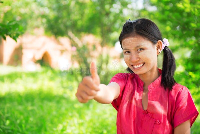 Большой палец руки девушки Мьянмы вверх стоковая фотография rf