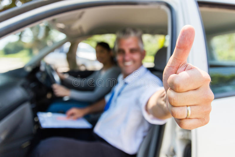 Большой палец руки инструктора по вождению вверх стоковое изображение rf
