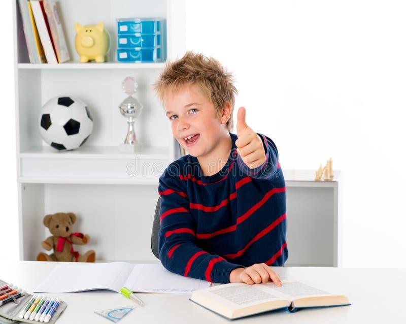 большой пец руки мальчика вверх стоковые фотографии rf
