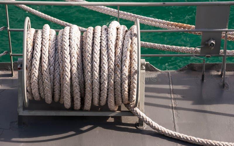 Большой понтон при пал, связанный в гавани стоковое изображение
