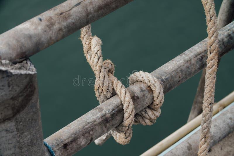 Большой понтон при пал, связанный в гавани стоковое фото rf