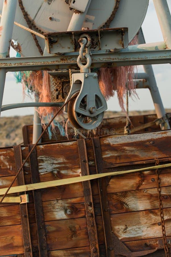 Большой промышленные шкив и ворот для того чтобы принести сети на борту commerc стоковое изображение rf