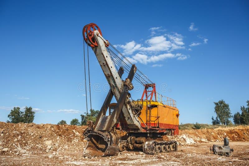 Большой промышленный оранжевый экскаватор карьера на строительной площадке стоковая фотография rf