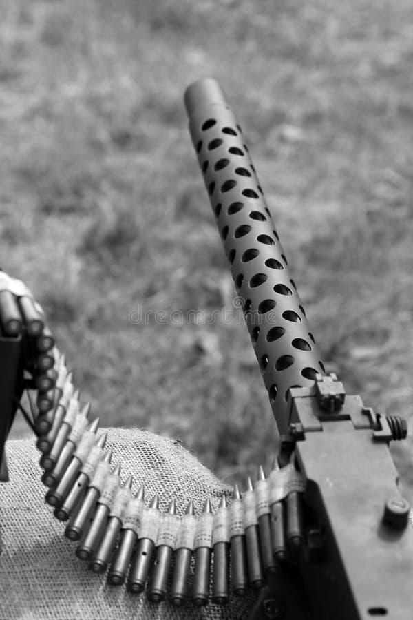Большой пулемет с пулями над мешками с песком в канаве стоковые изображения rf