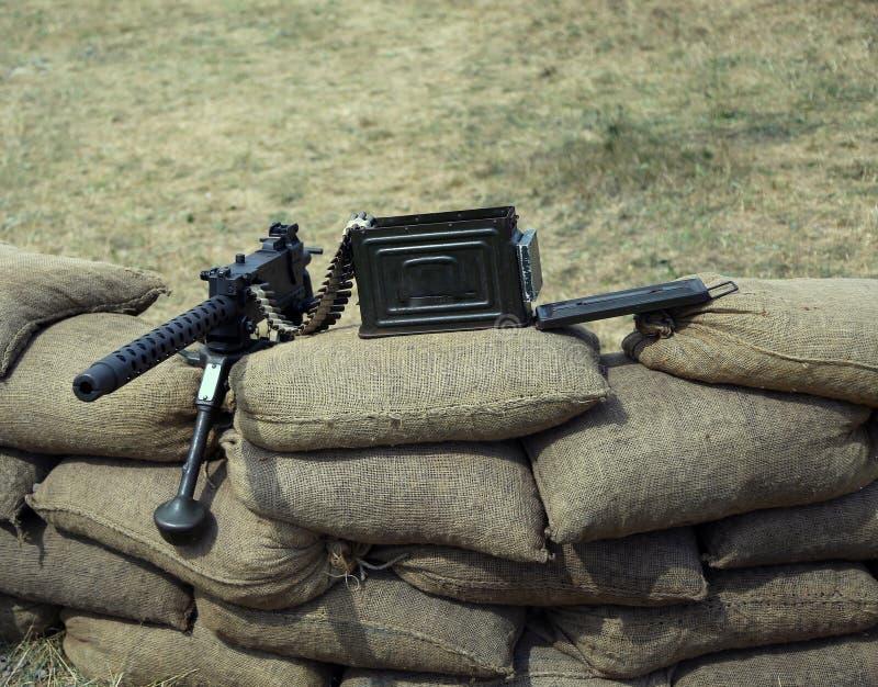 Большой пулемет с пулями над мешками с песком стоковая фотография rf