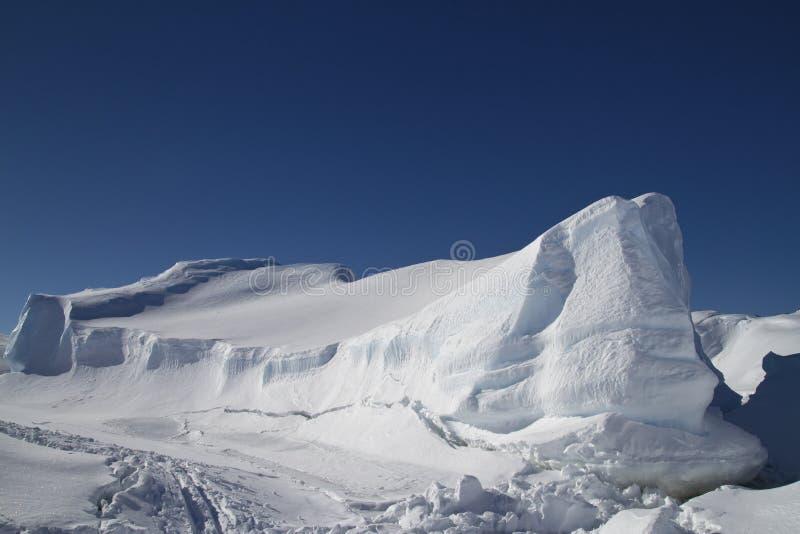 Большой плоский, который замерли айсберг в южном океане стоковая фотография