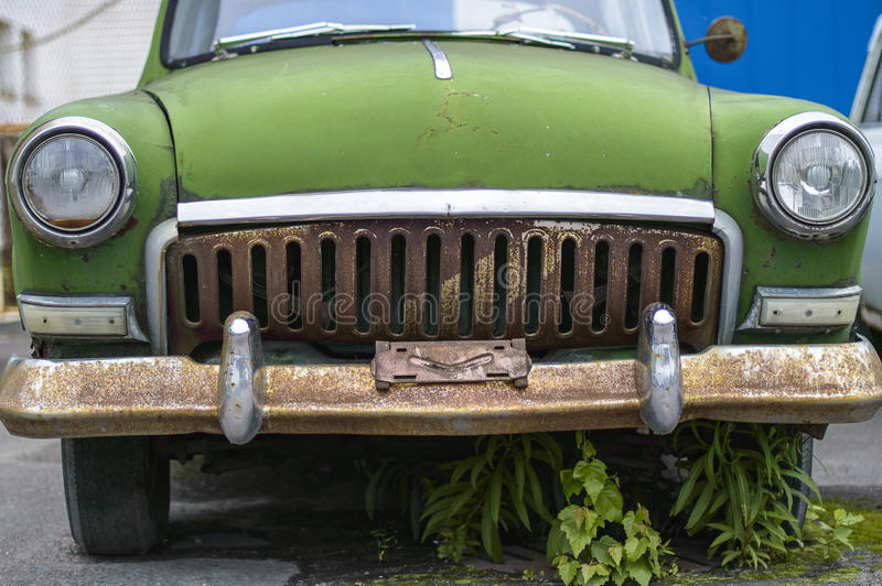 Большой ржавый зеленый автомобиль стоковое изображение rf