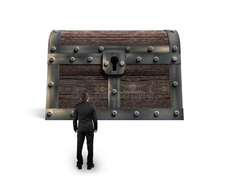 Большой старый сундук с сокровищами при малый предприниматель смотря стоковые изображения