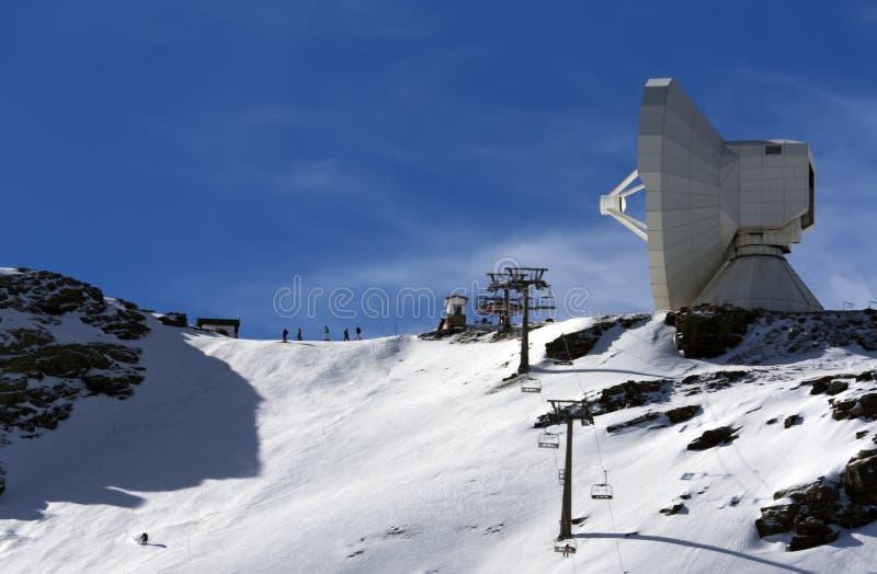 Большой телескоп на moutain в pradollano лыжного курорта стоковая фотография