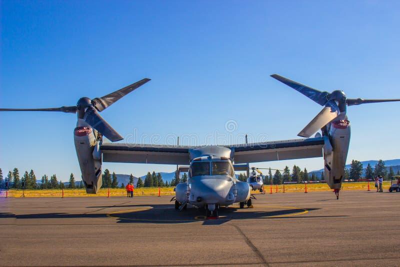 Большой транспортный самолет как с пропеллерами, так и с реактивным двигателем стоковые изображения