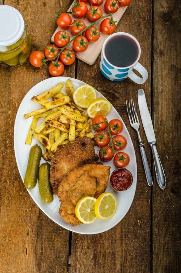 Большой шницель цыпленка с домодельным французом чилей жарит стоковые изображения rf
