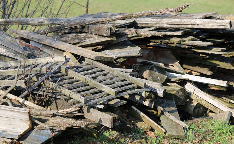 Большой woodshed с много кусков дерева и другого деревянного materia стоковое изображение