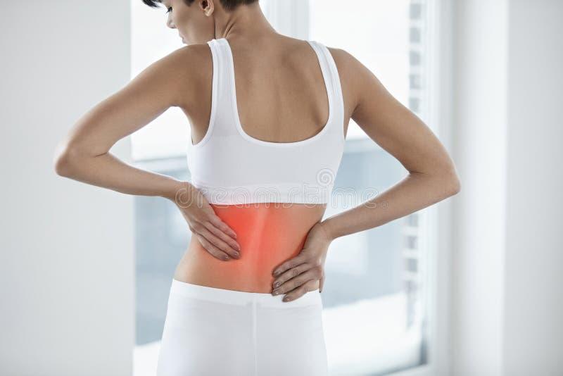 боль Красивая женщина имея тягостную заднюю часть чувства внутри, Backache стоковое изображение rf