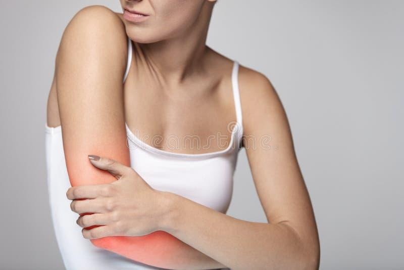 Боль оружий Красивая боль чувства тела женщины в плечах стоковая фотография