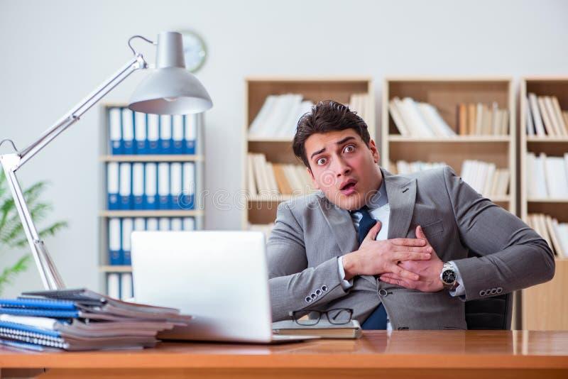 Боль чувства бизнесмена в офисе стоковые изображения rf