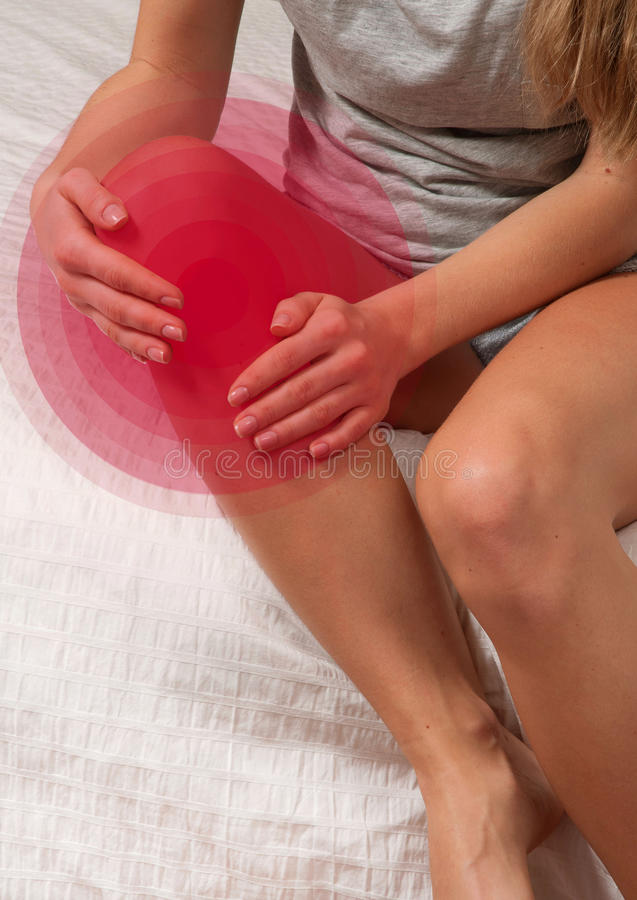 Боль чувства женщины в колене стоковое изображение rf